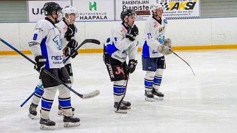Kapteeni Santeri Rajakallio (keskellä) on tyytyväinen siihen, kuinka KJK:n nuorimmat pelaajat parantavat ottelu ottelulta.