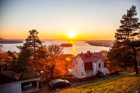 Pispalan harjun näköalapaikalta avautuu upea näköala suoraan Pyhäjärvelle. Harjun alapuolella huomio kiinnittyy Pispalan vanhoihin puutaloihin. Pispalanharjun näköalapaikalla sijaitsee myös taiteilija Merja Vainion teos Punakaartilaismuistomerkki.