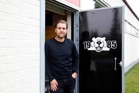 Sami Österlund oli monta vuotta Pesäkarhujen kanssa kultajahdissa. Nyt hän saa seurata tapahtumia etäältä.