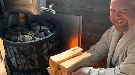 Jani Tuominen lämmittää perinnesaunansa kesällä päivittäin ja talviaikaan vähän harvemmin.