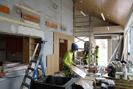 Tässä tehdään töitä seurakuntatalon pääsisäänkäyntiaulassa. Vasemmalla on seurakuntatalon kompakti keittiötila.