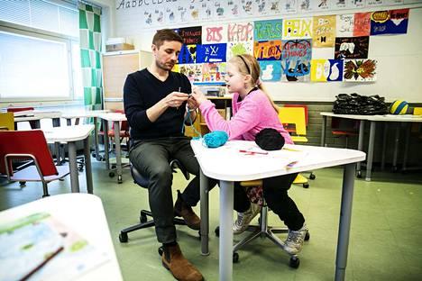 Opettaja Markus Mantila auttoi Tiita Leppästä solmuun menneen virkkuutyön kanssa.