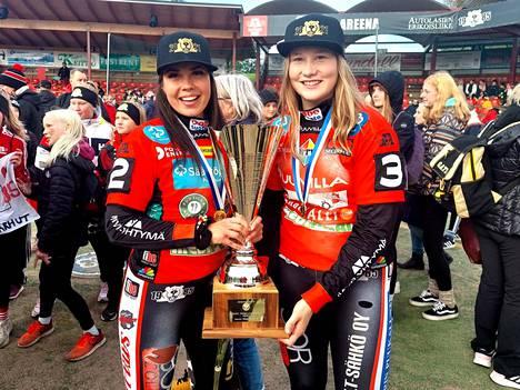 Emilia Itävalo ja Tiia Peltonen pääsivät syleilemää Tainaksi nimettyä mestaruuspokaalia. KaMan kasvatit olivat läpi kauden suuressa roolissa Pesäkarhujen joukkueessa.