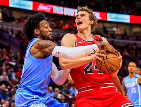 Chicago Bullsin Lauri Markkanen (oik.) tuskaili heittovireensä kanssa.