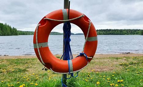 Uimareiden on syytä muistaa, että uintisuunta pitää olla rannan suuntainen, jotta jalat yltävät tarvittaessa pohjaan.