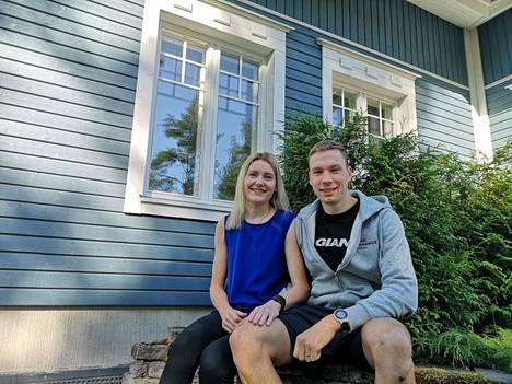 Essi Hakala ja André Haga muuttivat Vaasasta Sastamalaan. Pariskunta tapasi aikoinaan toisensa pyöräsuunnistuskisoissa.