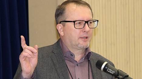 Rehtori Reijo Seppänen juonsi Keuruun Kivikoulun laajennuksen avajaisjuhlan helmikuussa 2017.