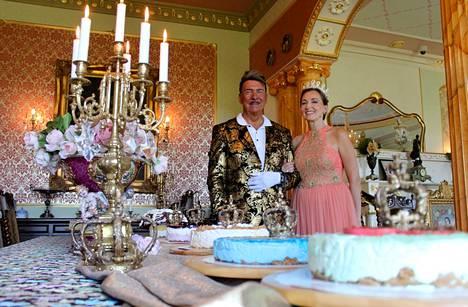 Ylen Puoli seitsemän -ohjelma vieraili Villa Royalissa Markku ja Sirpa Ellalan kotona. Ohjelma näytetään televisiossa perjantaina.