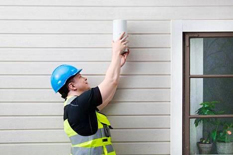"""Ulkovastaanotin eli """"ulkomokkula"""" on rakennuksen seinällä tai katolla."""