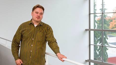 Aleksi Sandroos on kotoisin Keikyästä ja asunut nuoruutensa Vammalassa. Nykyään hän opiskelee päätoimisesti Vaasassa.