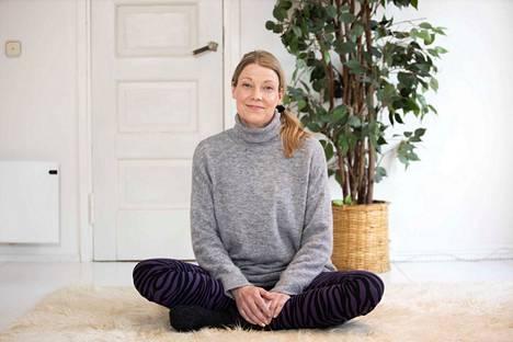 Näyttelijä Elisa Piispanen vetää esimerkiksi livejoogaa. Tämän jutun videon avulla voit osallistua lempeään villapaitajoogaan.