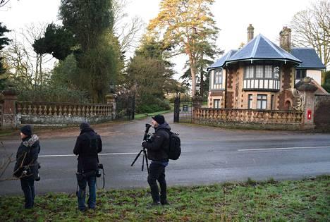 Kuvaajat kärkkyivät kuningasperheen jäseniä Sandringhamin kartanon edustalla maanantaina, kun tieto perheen kriisikokouksesta oli levinnyt.