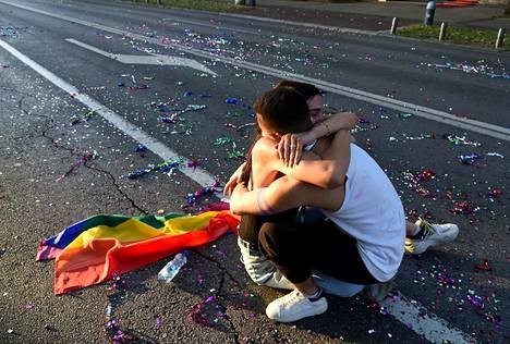 Sateenkaarinuoret joutuvat monissa maissa kokemaan enemmän väkivaltaa kuin enemmistöryhmiin kuuluvat. Erityisen vaikealta näyttää sukupuolivähemmistöjen tilanne. Kuva pride-tapahtumasta vanhoillisena pidetystä Montenegrosta.