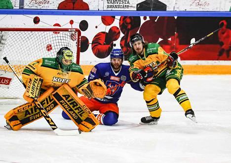 Lukas Dostal Ilves-maalilla, Jukka Peltola ja Niko Peltola vääntävät tiukasti maalin edessä,