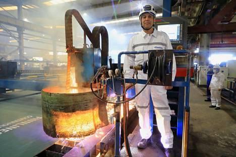 Finncanopus-aluksen rakentaminen käynnistyi seremoniallisesti napin painalluksella. Kuvassa Finnlinesin edustaja Site Manager Christopher Alixius.
