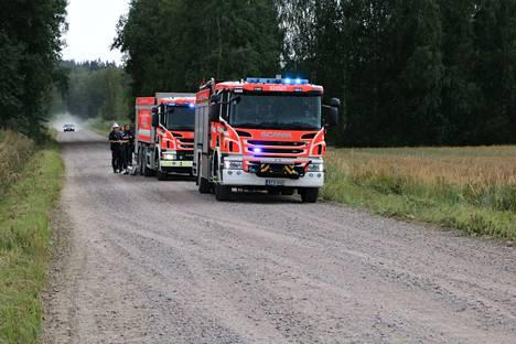 Pelastuslaitos lähetti puimuripaloon viisi pelastusajoneuvoa. Kuvituskuva.