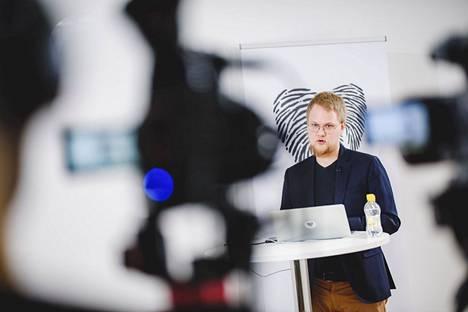 MDI:n asiantuntija Rasmus Aro esitteli väestöennusteen tuloksia ja arvioi Satakunnan ongelmaksi sen, että maakunta menettää vuosittain nuoria osaajia. Hän on itse entisenä porilaisena esimerkki muuttoliikkeen voimasta.