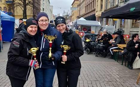 Silakkaa kansalle. Merikarvialaiset Stina Granskog-Välisalo ja Katja Laine saivat seuraansa toiseksi sijoittuneen Pirjo Salosen, vasemmalla, Taivassalosta.