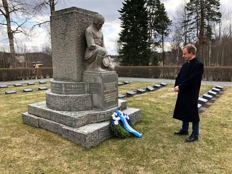 Kirkkoherra Harri Niemelä laski seppeleen Jämsän sankarihaudalle.