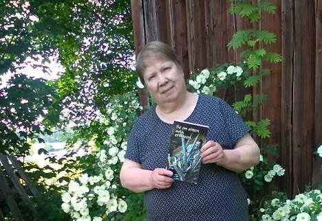 Anna-Liisa Viinikan esikoisteos maaseudun elämästä ja ihmissuhteista ilmestyi kesäkuussa.
