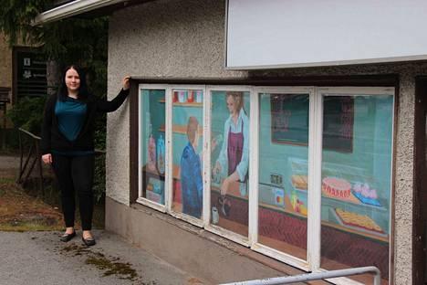 Elina Rämö teki taidetta elävöittämään näyteikkunoita Keuruun keskustassa.