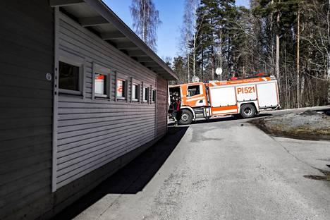 Palopaikalle saapui useita pelastuslaitoksen yksiköitä torstaina iltapäivällä.