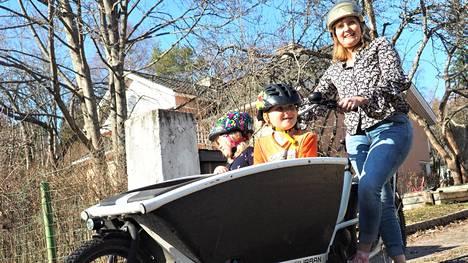 Pollarin perheen lapset Alva ja Vilho kipuavat mielellään laatikkopyörän ja Heljä-äidin kyytiin. Tässä perheessä autoa ei juuri käytetä Tampereen rajojen sisällä.