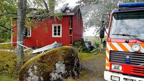 Mies sytytti talon palamaan surmattuaan äitinsä. Hän valeli bensiiniä muun muassa vainajan ja lattialle keräämiensä vaatekasojen päälle.
