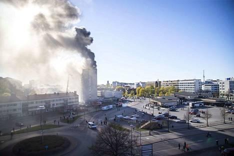 Keskuskartanon palosta tulee pian vuosi täyteen. Dramaattinen palo keräsi suuren katsojajoukon.