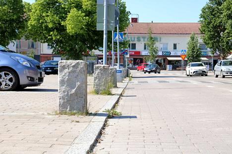 Kankaanpään kauppatori on perinteinen kauppapaikka. Entinen kaupunginarkkitehti Maija Anttila toteaa, että sen kivipollareista on tehty turhan suuri haloo.