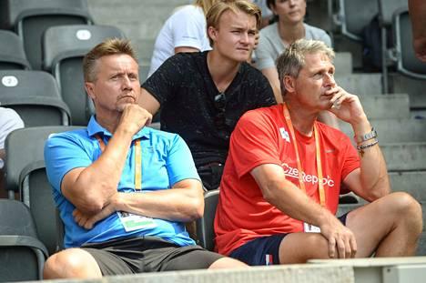 Jyrki Blom (vas.) on toiminut Antti Ruuskasen valmentajana keväästä 2018 alkaen. Blomin vieressä keihäslegenda Jan Zelezny.