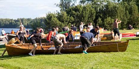 Sastamalalaisen työyhteisön tyylinäyte veneen kuivan maan kuljetuksen osuudesta. Miia Paaso oranssinpunaisessa takissaan nimettiin haastatteluhetkellä kapteeniksi, hymy ja iloinen mieli olivat tämänkin yhteisön ohjenuorana tapahtumassa.