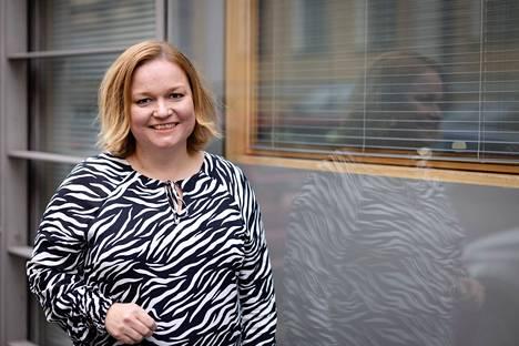 Perhe- ja peruspalveluministeri Krista Kiuru (sd.) hoputtaa Twitterissä esityksiä kolmansien koronarokoteannosten etenemisestä Suomessa.
