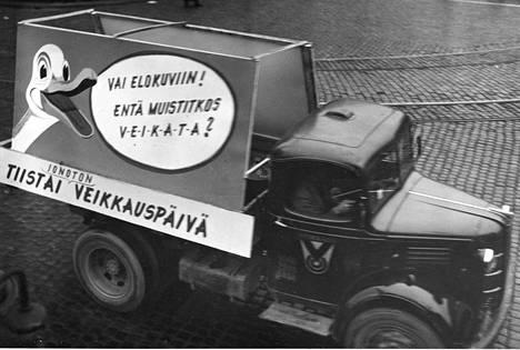 Kun veikkaustoiminta vuonna 1940 alkoi, päävoitolle säädettiin 300 000 tuolloisen markan katto. Vähitellen peli muuttui avokätisemmäksi ja vuonna 1948 maa sai ensimmäisen veikkausmiljonäärin. Veikkaustoimiston mainosauto on kuvattu vuonna 1949.