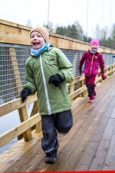 Ulvilasta sillan ominaisuuksia testaamaan lähteneet serkukset Leevi Kivi ja Sofia Lindholm pomppivat ja juoksivat lapsuuden energialla. Sofian isä on ollut urakoimassa siltaa.
