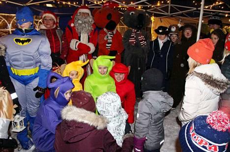 Joulupukki, joulumuori ja satuhahmot saivat lasten jakamattoman huomion Keuruun perinteisissä joulukauden avajaisissa perjantai-iltana.