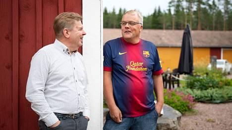 Pomarkun perussuomalaisten puheenjohtaja Kari Lilja (vasemmalla) ja puolueen uusi ääniharava Jouni Erola (oikealla) olivat hyvissä tunnelmissa jo viime kesänä.