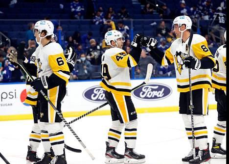 Vaikka Penguins kunnostautui jo toisessa erässä, alkoi todellinen maalitykitys vasta päätöserän toisella puoliskolla.