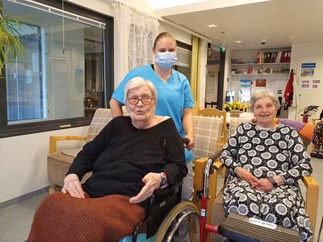 Ei mitään moittimista, sanoo hoivakoti Wäinämöisen Ilmarinen-ryhmäkodissa asuva Tellervo Kesola (vasemmalla). Hoitajia, kuten torstaina vuorossa ollutta Katri Saresaloa hän kehuu kultaisiksi. Maija-Liisa Syrjänen on asunut Ilmarisessa Kesolaa pidempään. Hänestä ja muista asukkaista Kesola on saanut uusia ystäviä.