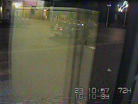 Noin kello 23.11 etsitty auto tallentui valvontakameraan. Auto kuvan vasemmassa yläkulmassa. Kyseessä on harrastajien mukaan Dodge Aspen tai sen sisarauto Plymouth Volare.