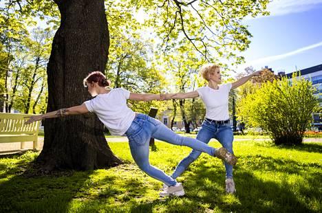 """Riikka (vasemmalla) ja Meri Tankka esittivät Raatihuoneenpuistossa pätkiä Riikka Tankan koreografiasta """"Aika"""". Teos on katsottavissa paikan päällä koronaturvallisesti koska tahansa."""