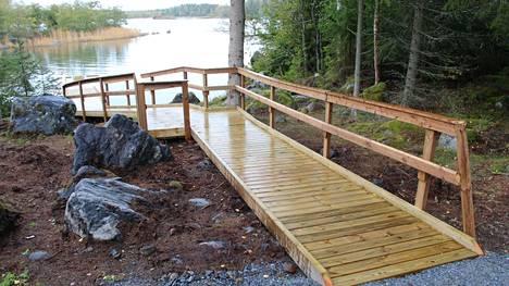 Kräsooran uusi retkeilypaikka on esteetön. Puista rakennelmaa pitkin on helppo päästä laiturille nauttimaan merestä vaikka pyörätuolilla tai lastenrattaiden kanssa.