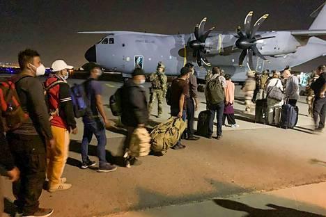 Ranskan kansalaiset ja heidän afganistanilaiset kollegat olivat Kabulin lentokentällä valmiudessa nousemaan ranskalaiseen sotilaskoneeseen evakuoitaviksi 17. elokuuta 2021.