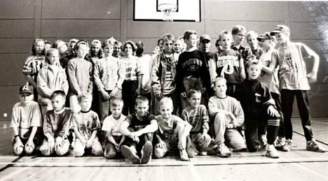 Harjavallan Pallon koripallojuniorit 26. toukokuuta 1993. Löydäkö kuvasta tuttuja?