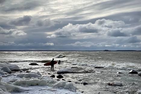 Kräsoorannokassa Meri-Porissa neljä urheaa surffaria nautti navakasta luoteistuulesta sunnuntaina puolen päivän aikaan.