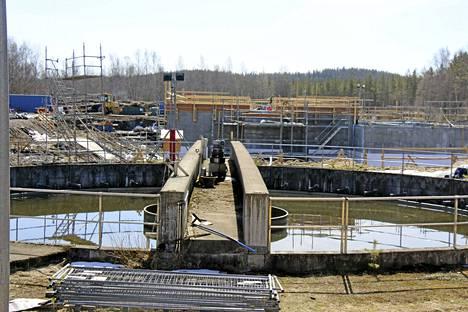 Keuruun jätevedenpuhdistamolta Jaakonsuolta runsas viikko sitten Keurusselkään tehty ohijuoksutus ei vesinäytetutkimusten mukaan lisännyt järviveden bakteerikantaa. Kuvassa parhaillaan saneerattavan puhdistamon väliselkeytysallas.
