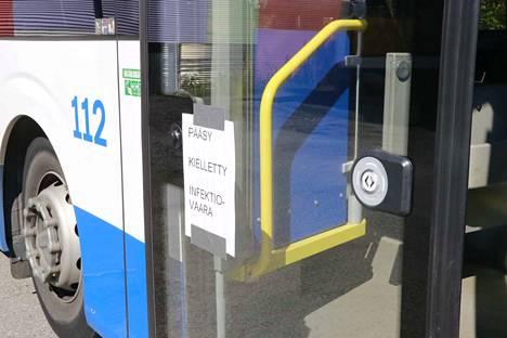 TKL:n bussi numero 112 seisoo bussivarikon takaosassa Tampereen Nekalassa.