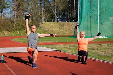 Keuruun keskusurheilukentälle Heli Saleniuksen vetämään kahvakuulajumppaan saapui Jussi Ignatius.