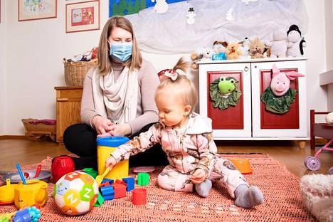 Jennileena Kannisto uskoo, että kaikki kaipaavat korona-aikanakin elämäänsä jonkin sosiaalisen kontaktin. Joanna-vauva rakastaa kerhossa käymistä niin paljon, että alkaa hihkua jo Laivapuiston perhetalon porttikongissa.