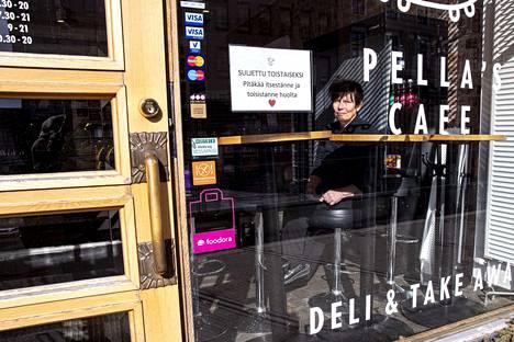 Pella's Cafen yrittäjä Katriina Pellas kuvattiin maaliskuun lopussa, kun hän laittoi lapun luukulle koronaviruksen vuoksi. Nyt kahvila on jälleen auki.